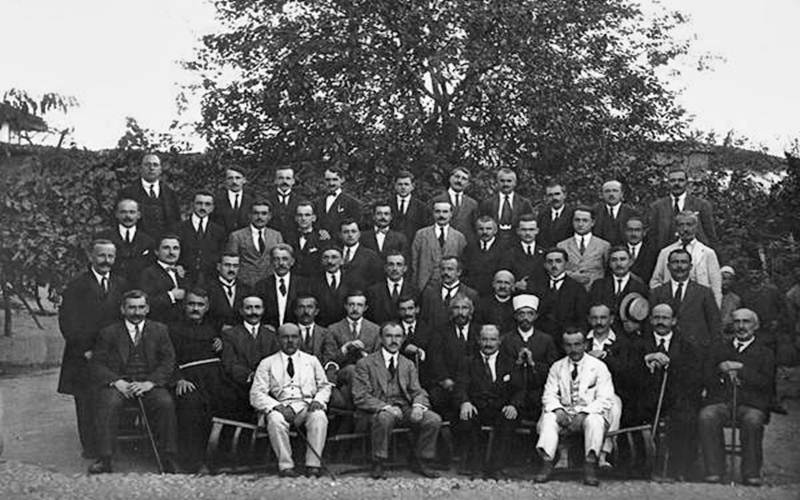 1921…Parlamenti i parë i burrave të këtij vendi: Fotografia që sot na turpëron kundrejt të parëve tanë!