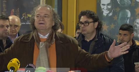 VIDEO/ Fatbardh Kadilli dhe Eno Bozdo rrahin të moshuarin në mes të rrugë! Përse nuk i arreston policia?