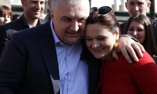 """Ku keni jetuar ju çifti """"atdhetar"""" Mona dhe Ilir kur Fazlliçi pajisi me çertifikatë sigurie kombëtare..?!"""