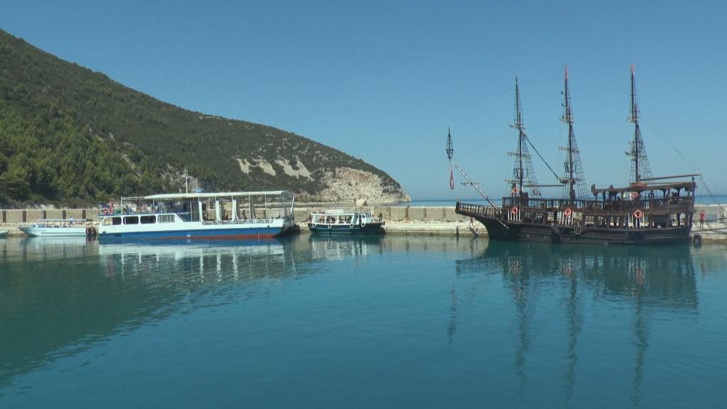 """Sazani, udhëtim në ishullin e pabanuar, ku turistët ndërthuren me """"nostalgjikët"""""""