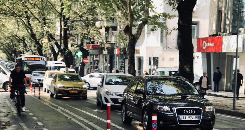 Korsitë e biçikletave dhe pallatet zhdukin vendet e parkimeve në Tiranë! Brenda lagjeve nisin sherret për një vend parkimi
