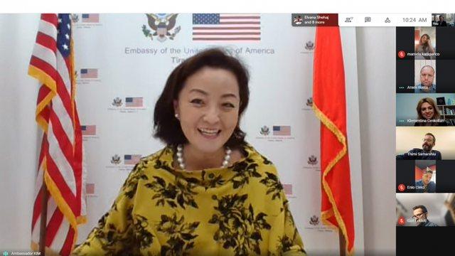 Ambasadorja amerikane, takim me gazetarët në kulmin e presioneve dhe kërcënimeve nga presidenti Meta