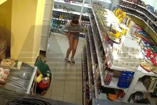 VIDEO/ Goxha vajzë në dukje, por një hajdute e paturp
