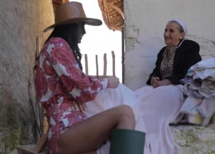 A ka të drejtë nënë Hamideja?! Kritikon moderatoren e njohur: Me atë minifund që ke veshur ti i tërbove djemtë'