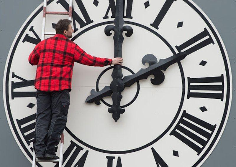 Akrepat shkojnë para, zbuloni ditën kur do të ndryshohet ora